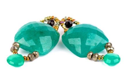 Ohrringe mit echten Steinen und Perlen