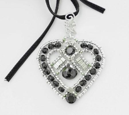 Anhänger in Herzform mit schwarzen Turmalinen und Silber mit Samtband zum Dirndl