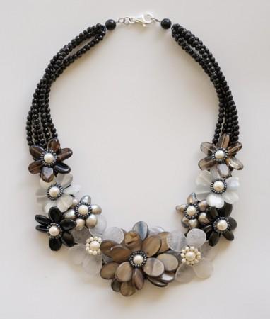Damen Collier: mit Onyx, Achat, Perlen und Perlmutt in braun, grau und weiß