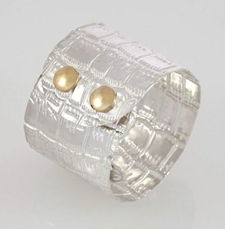 """Damen Armreif der Serie """"Atelier"""" in Sterling Silber 925/000. Krokoprägung mit Druckknopf Verschluss. Breite: 45 mm"""
