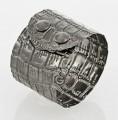 Silbernes Damen Armband in Kroko Look in Sterling Silber 925/000 schwarz rhodiniert, mit Druckknopf Verschluss. Breite: 45 mm Hoher Tragekomfort durch extra flache Verarbeitung