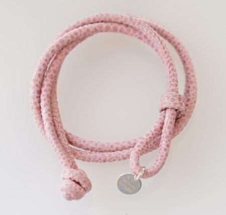 Wickel-Armband Soft-Nappa mit Knebelverschluss: Muster-Prägung Galuchat mit Anhänger in Silber