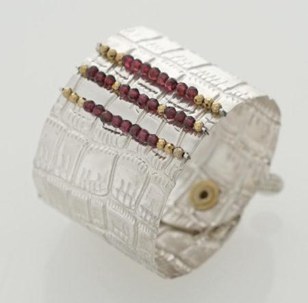 Armband: mit Krokoprägung in Sterling Silber 925/000, facettierte Granat und Hämatit Perlen, Breite: 45 mm
