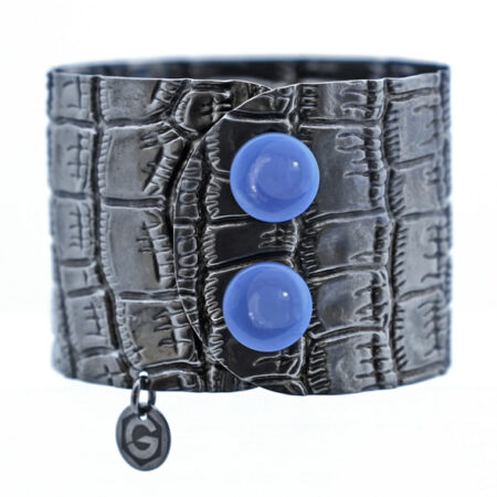 Breite Armspange mit Kroko Muster und blauen Achat Click Button. Manschettenarmband