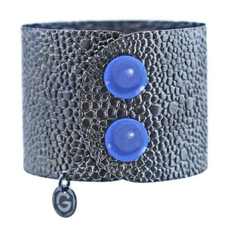 Silberne Armspange schwarz rhodiniert mit Druckknopf Schliesse in blauem Achat