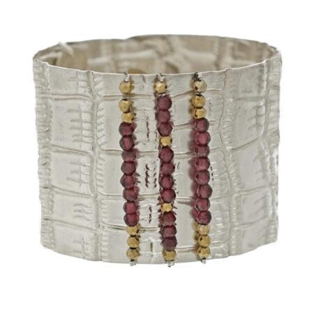Armspange Atelier Kroko in Sterling Silber 925/000 mit facettierten Granat und Hämatit Beads. Druckknopf Sicherung. Breite: 45 mm