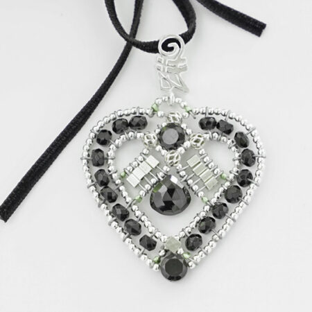 Anhänger in Herzform mit schwarzen Turmalinen und Silber mit Samtband