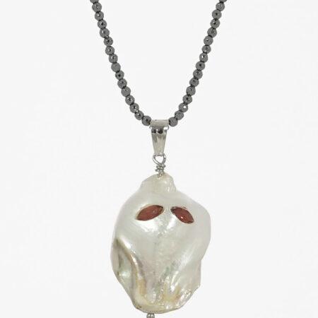 """Kette """"Ghost"""" 80cm, Halloween, Anhänger aus einer Naturperle mit Granat Augen im Navette Schliff"""