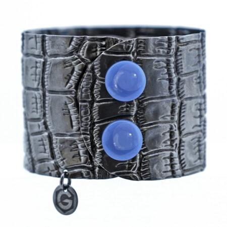 Damen Armreif mit Kroko Muster und blauen Achat Click Button. Manschettenarmband
