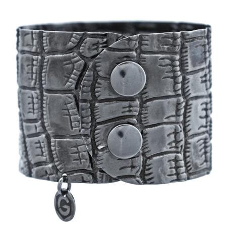 Damen Armreif Atelier Kroko in Sterling Silber 925/000 schwarz rhodiniert, mit Druckknopf Verschluss. Breite: 45 mm