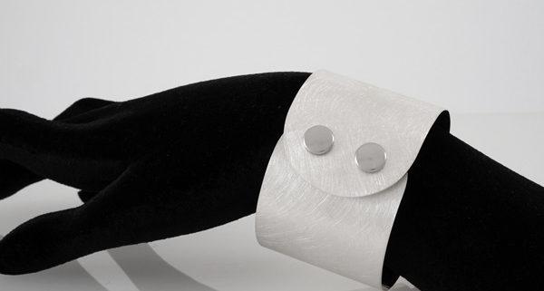 """Damen Armreif """"Atelier"""" in Silber 935/000 mit Druckknopf Verschluss. Breite: 45 mm"""